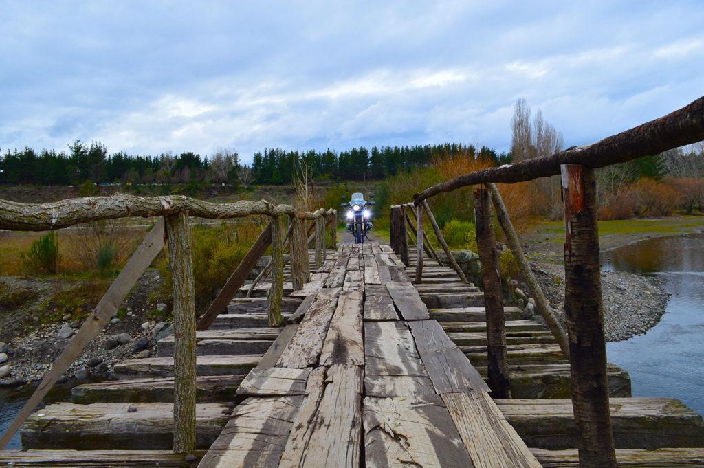 Puente en la laguna Trupán
